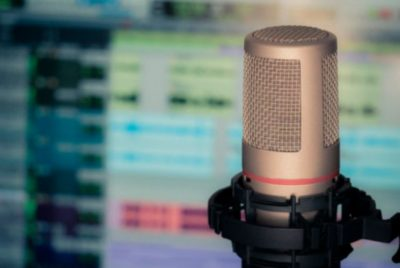 microphone-3381837_640